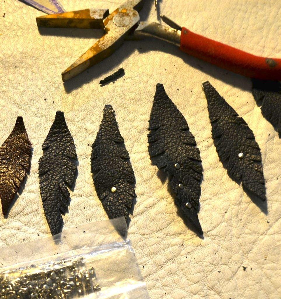 Кожаное ожерелье из перьев своими руками