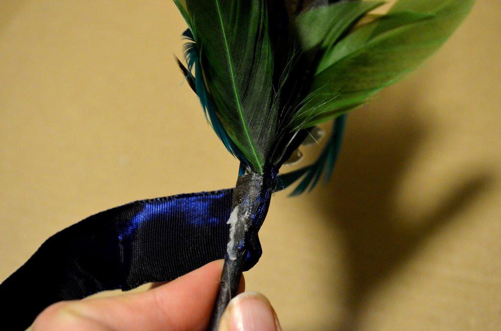 Бутоньерка из пера павлина своими руками