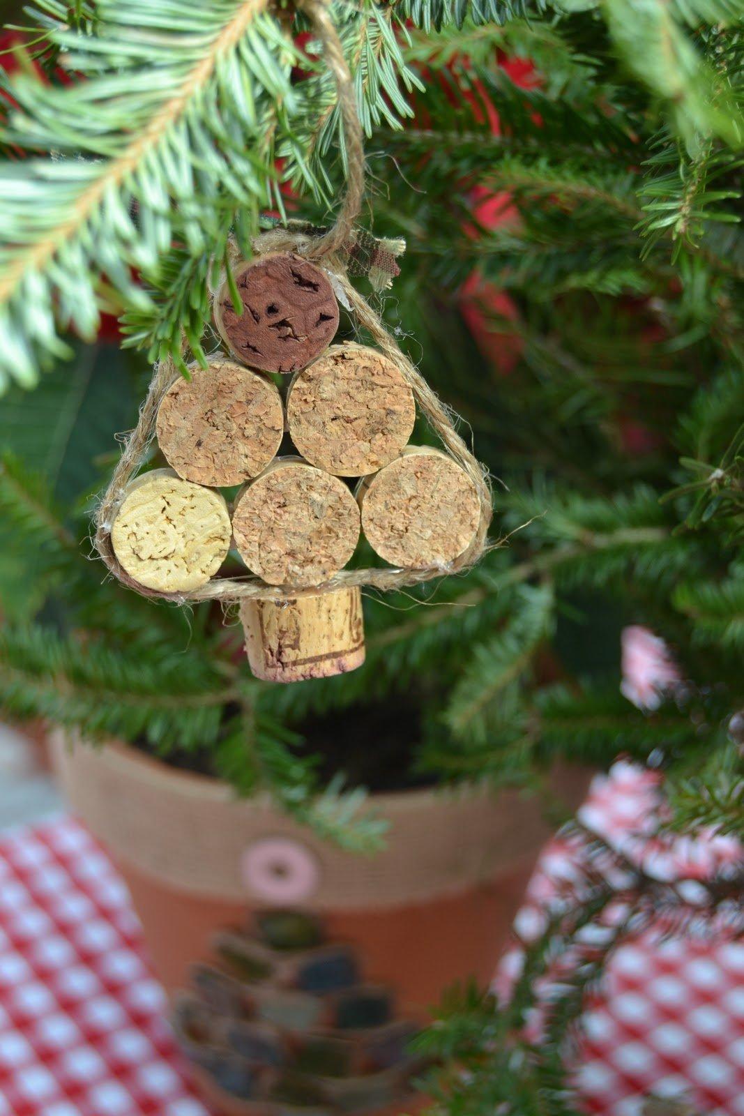 Новогодние украшения из пробок