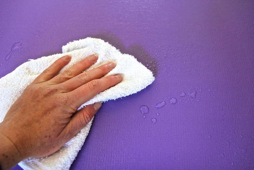 Как очистить коврик для йоги