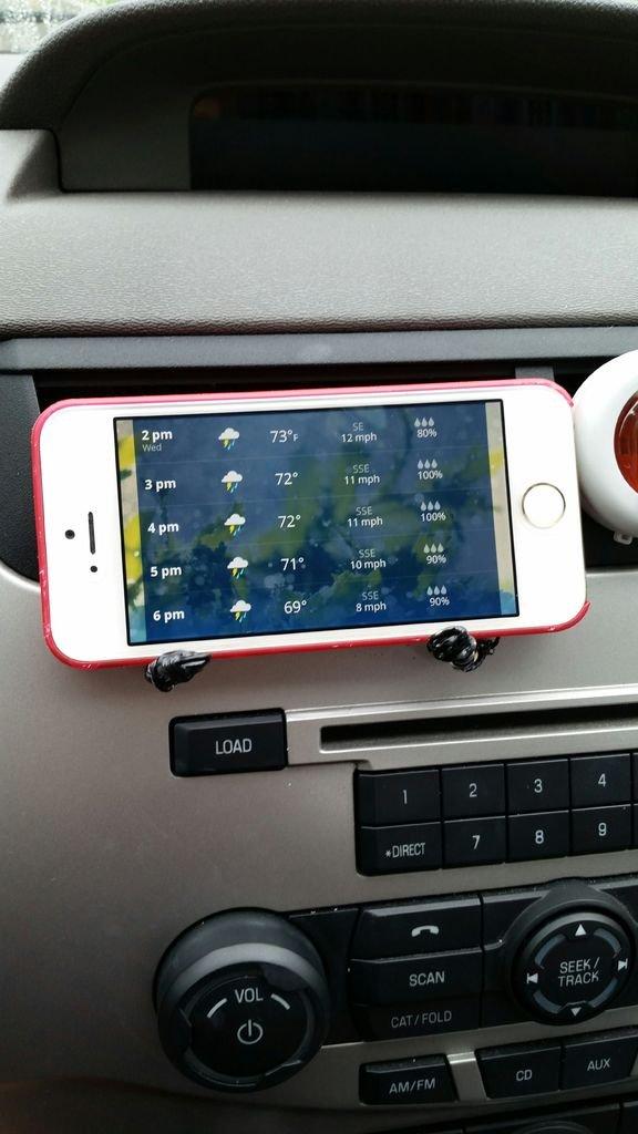 Держатель смартфона для автомобиля из скрепок