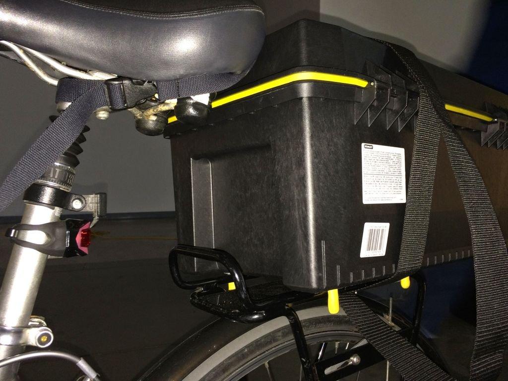 Фиксируем ящик для инструментов на багажнике велосипеда