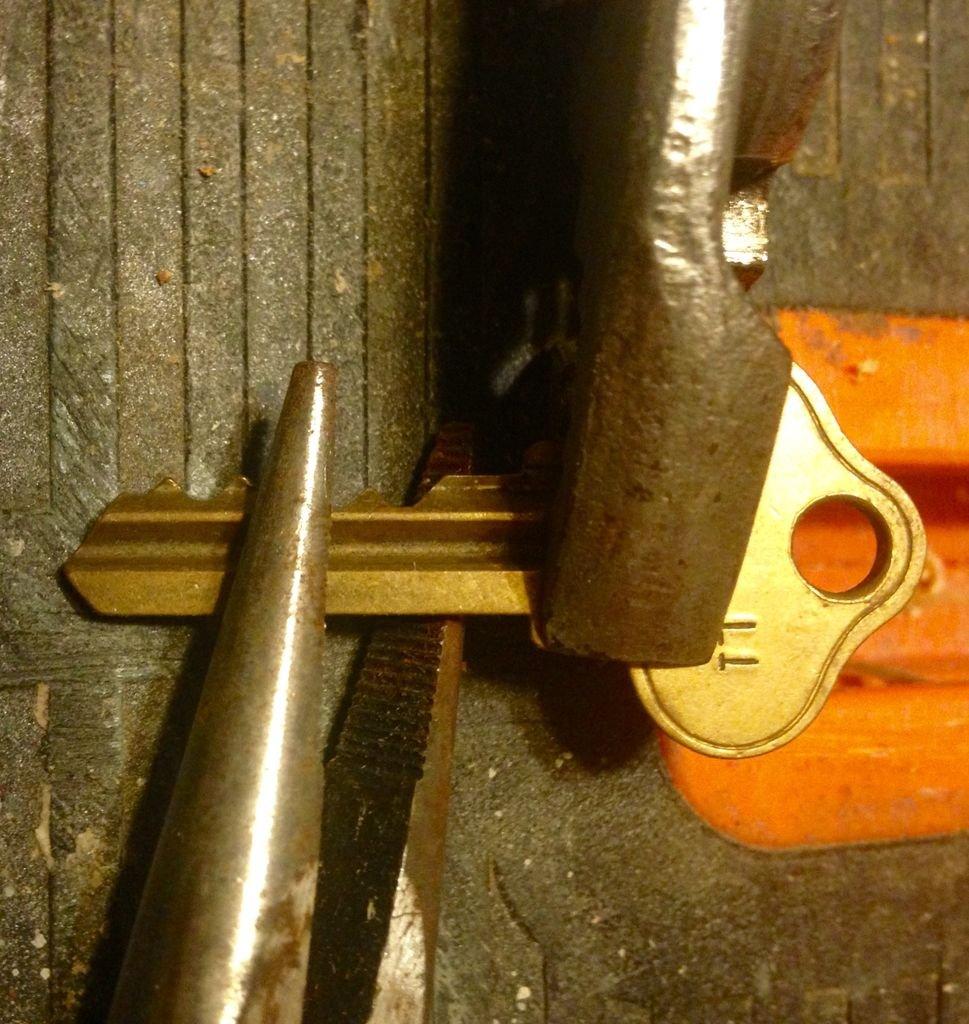 Вешалка из старых ключей своими руками