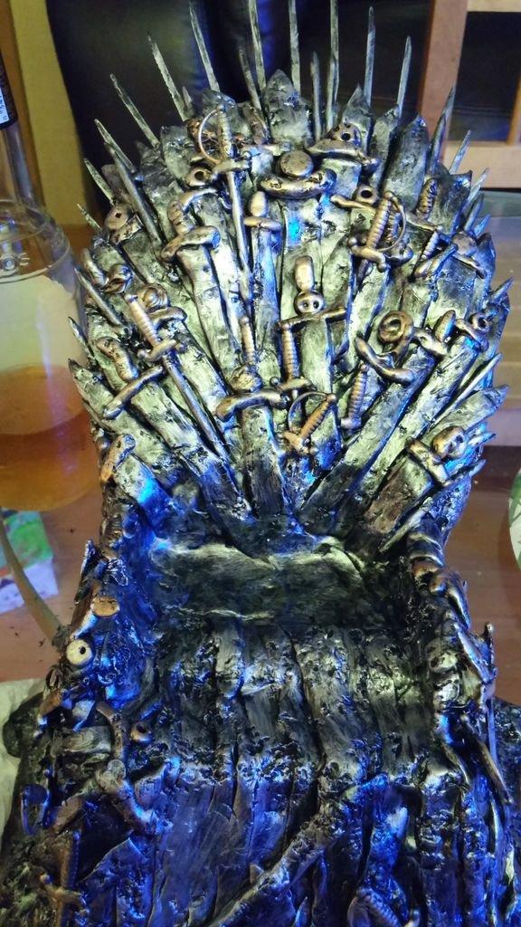 Самодельная подставка для телефона в виде железного трона из Игры престолов