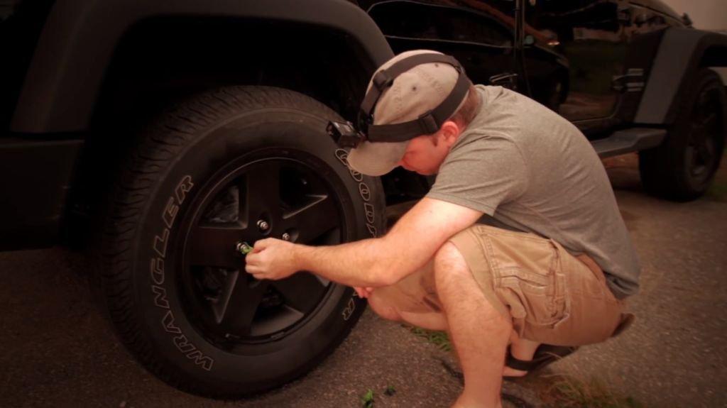 Как покрасить диски авто не снимая колес