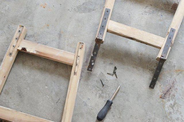 Напольная вешалка из лестниц своими руками