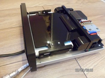 Выезжающий механизм для планшета или монитора в машину