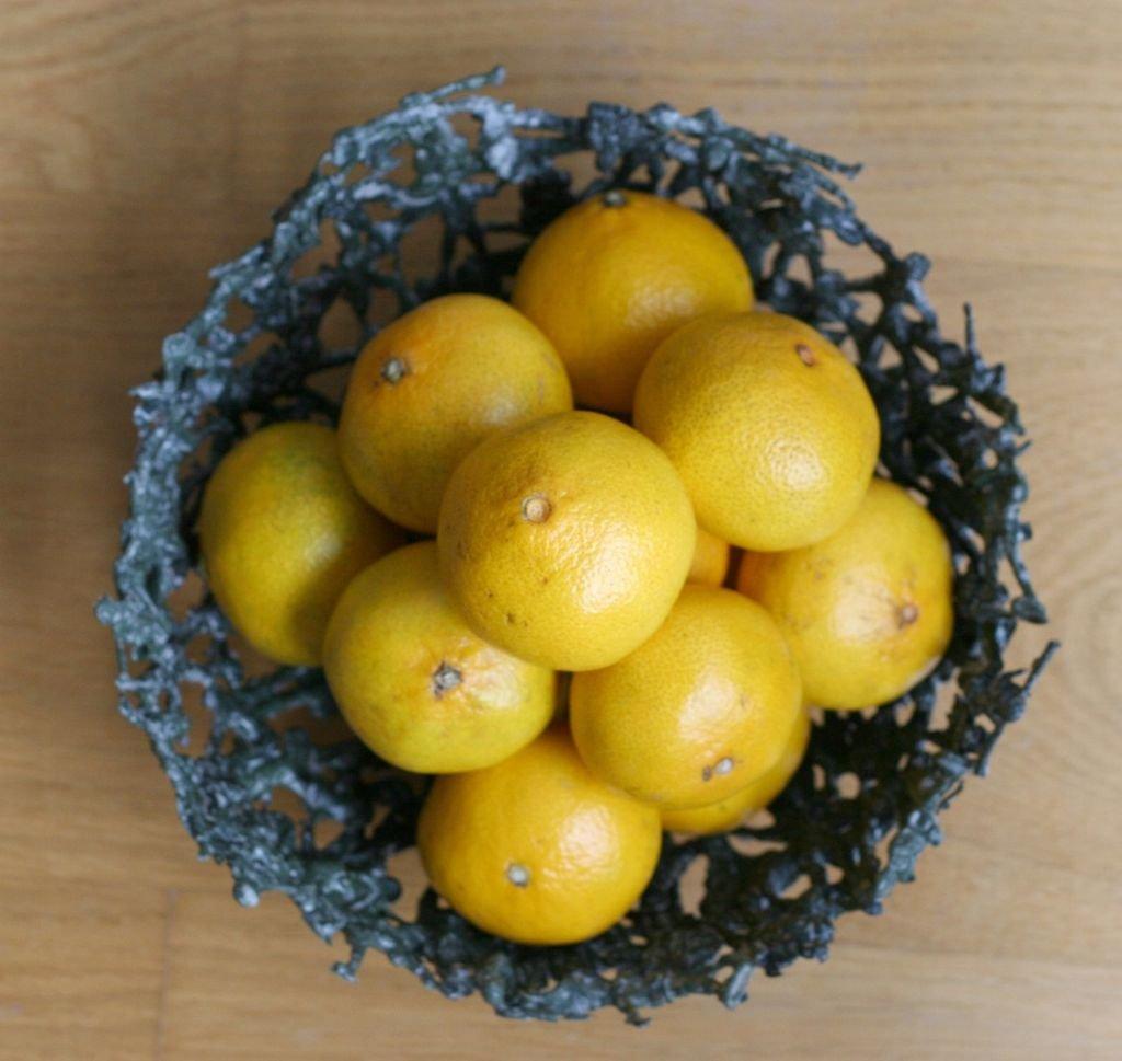 Ваза для фруктов из пластиковых солдатиков