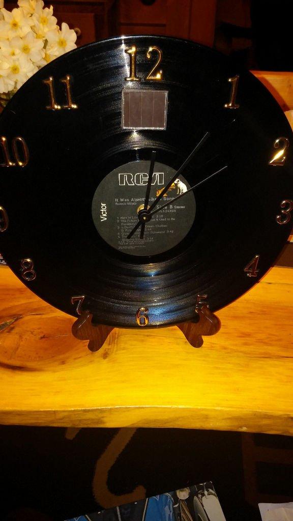 Часы из пластинки на солнечной батарее своими руками