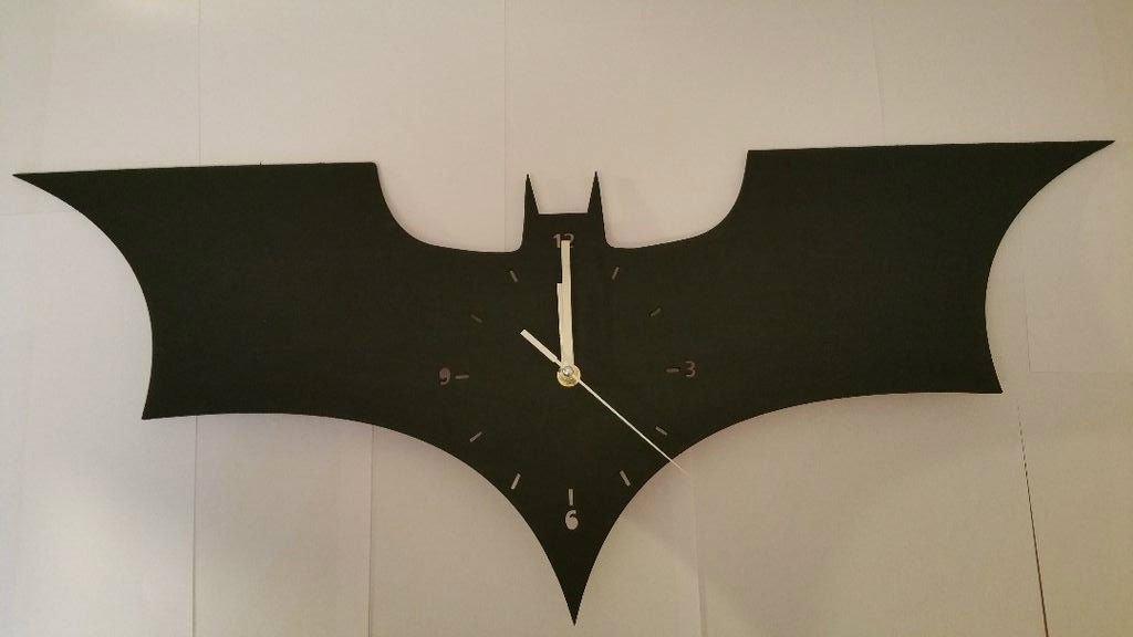 Настенные часы в виде логотипа Бэтмена своими руками