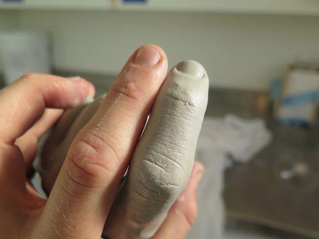 Самодельная вешалка из бетона в форме руки