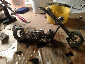 Мини-фигурка мотоцикла из гаек своими руками