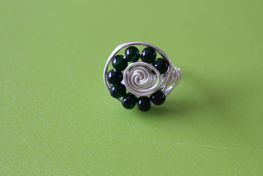 Кольца из проволоки с бусинами разного цвета
