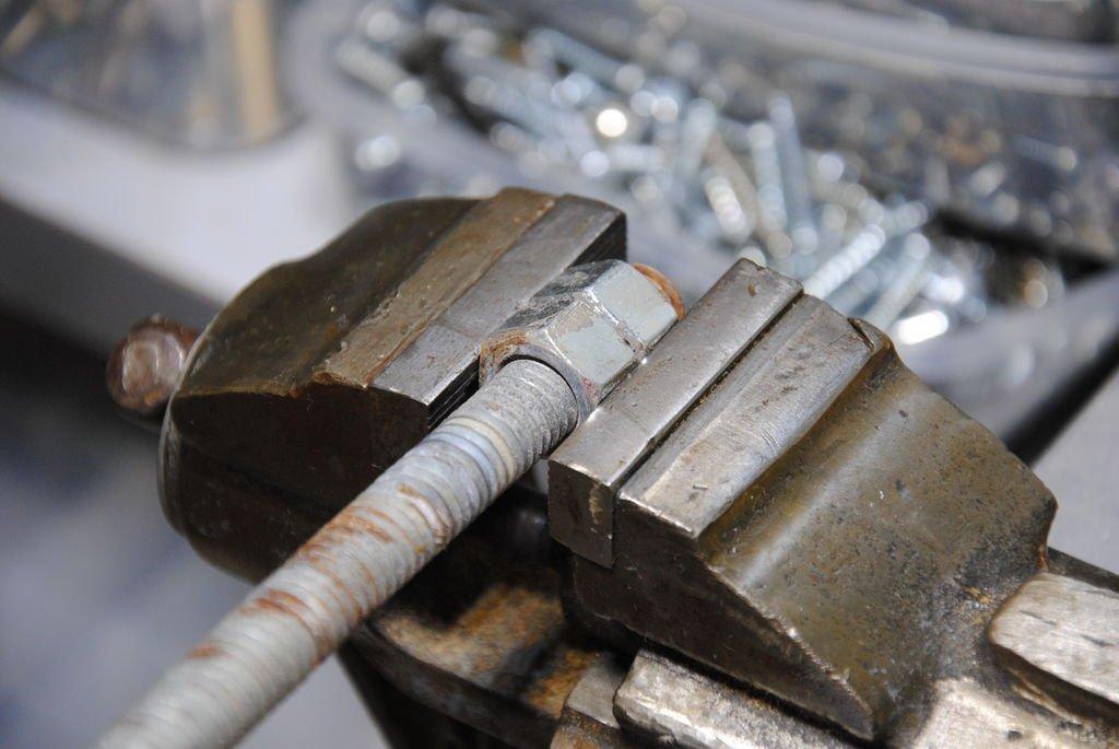 Как открутить проржавевшую гайку без повреждения резьбы