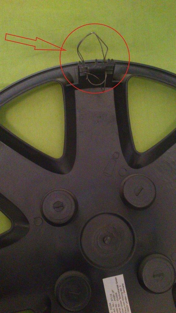 Настенный светильник из автомобильных колпаков