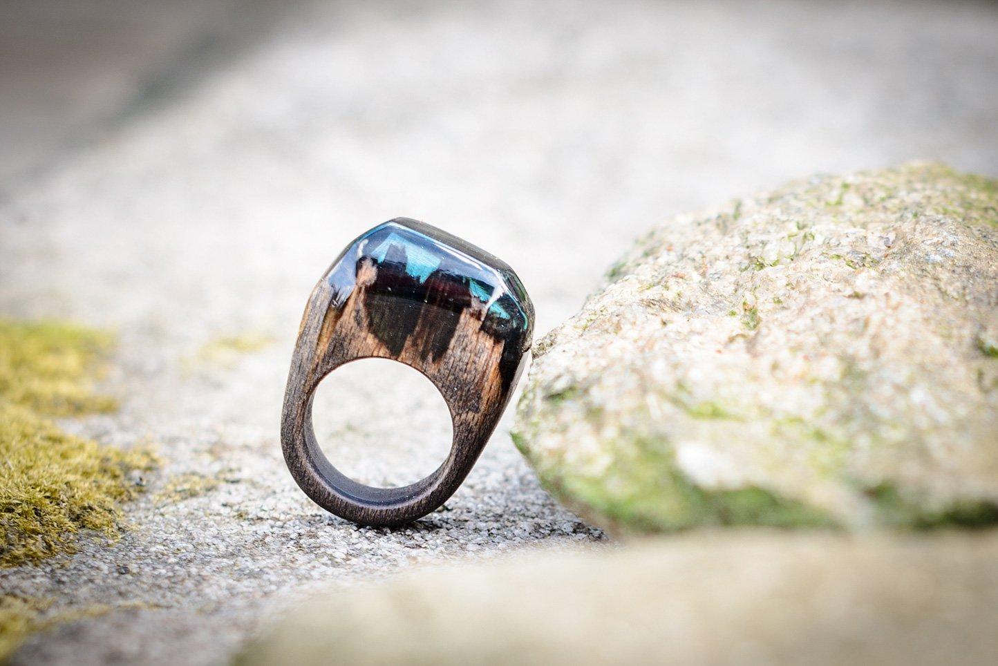 Таинственное кольцо из дерева и эпоксидной смолы