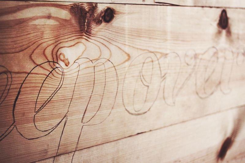 Изголовье кровати со светящейся надписью своими руками
