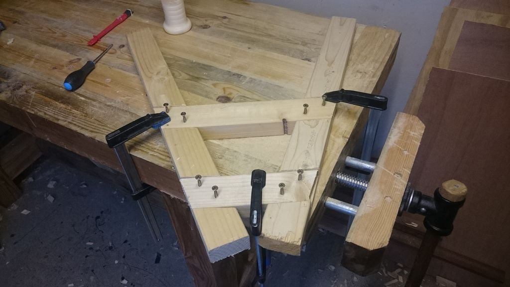 Подставка-держатель для ручной распилки бревен