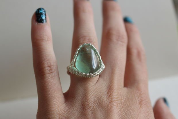 Кольцо из проволоки с крупным камнем