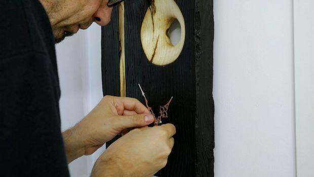 Часы из обугленной древесины