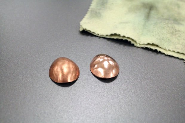 Металлические серьги с покрытием из эмали