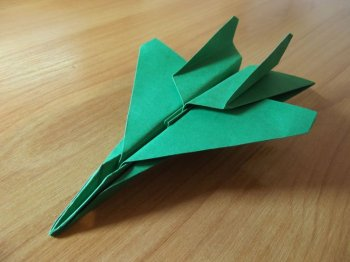 Зеленый самолетик из бумаги